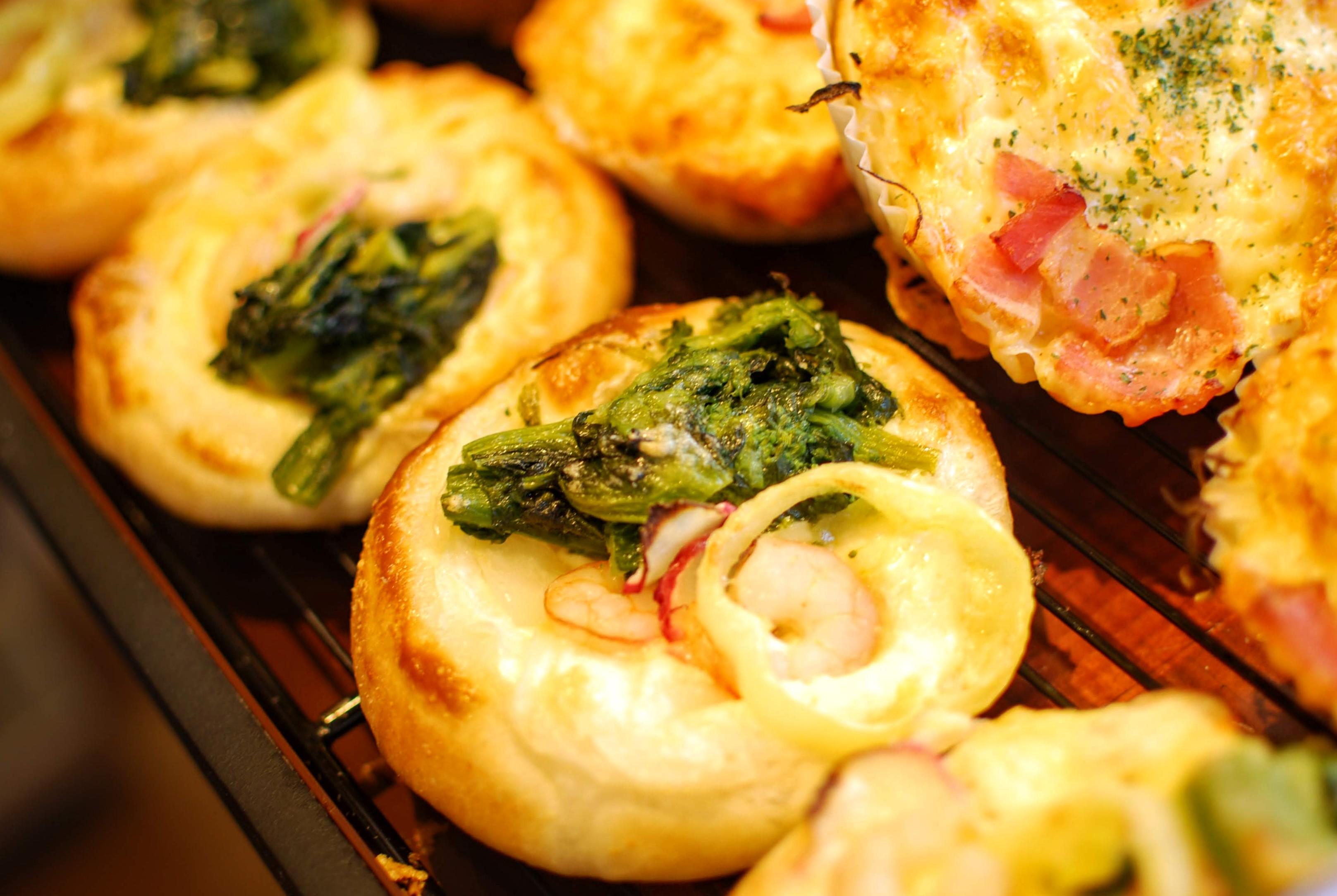 春の新商品 「えびと菜の花のピザ」