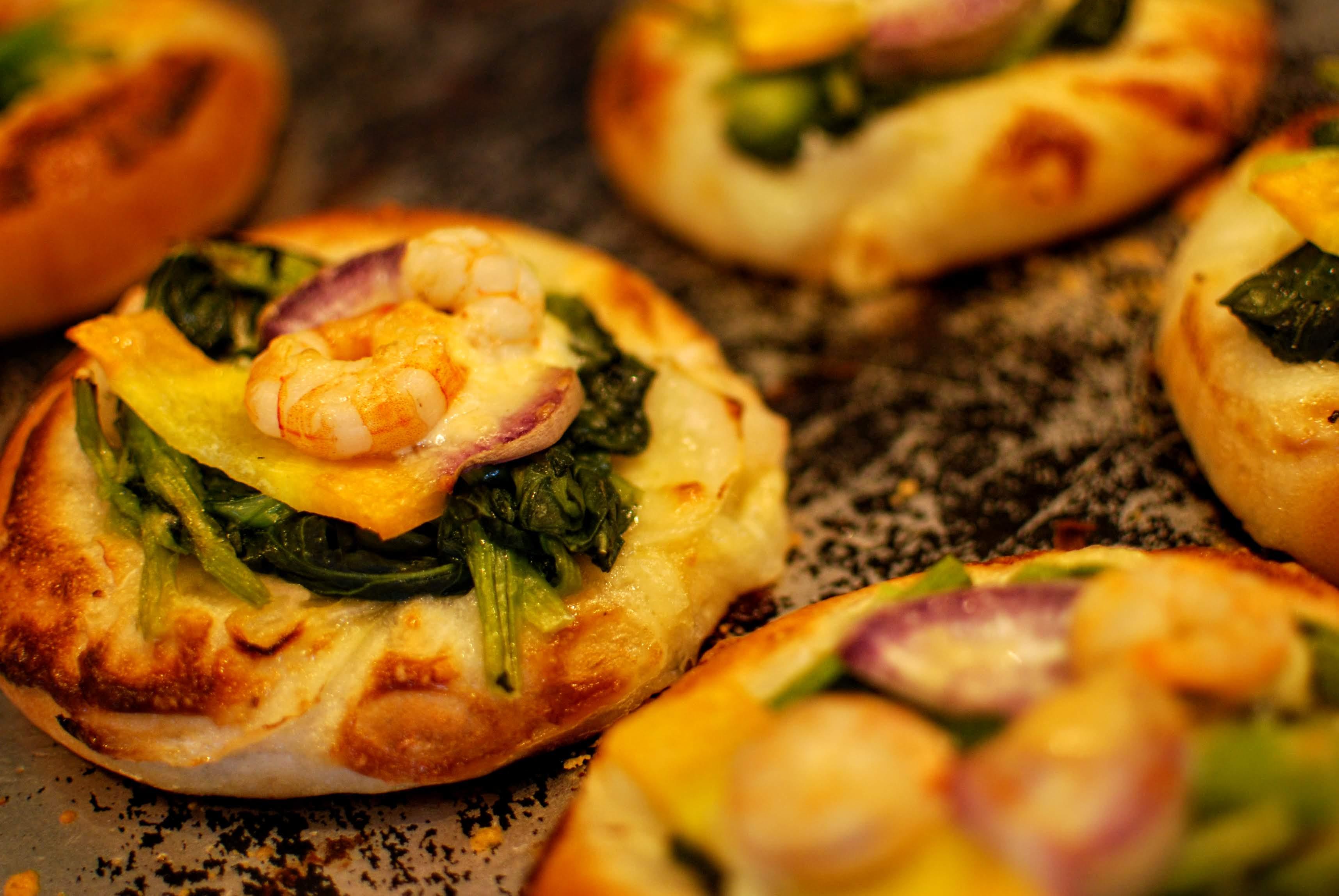 海老と水かけ菜のピザ