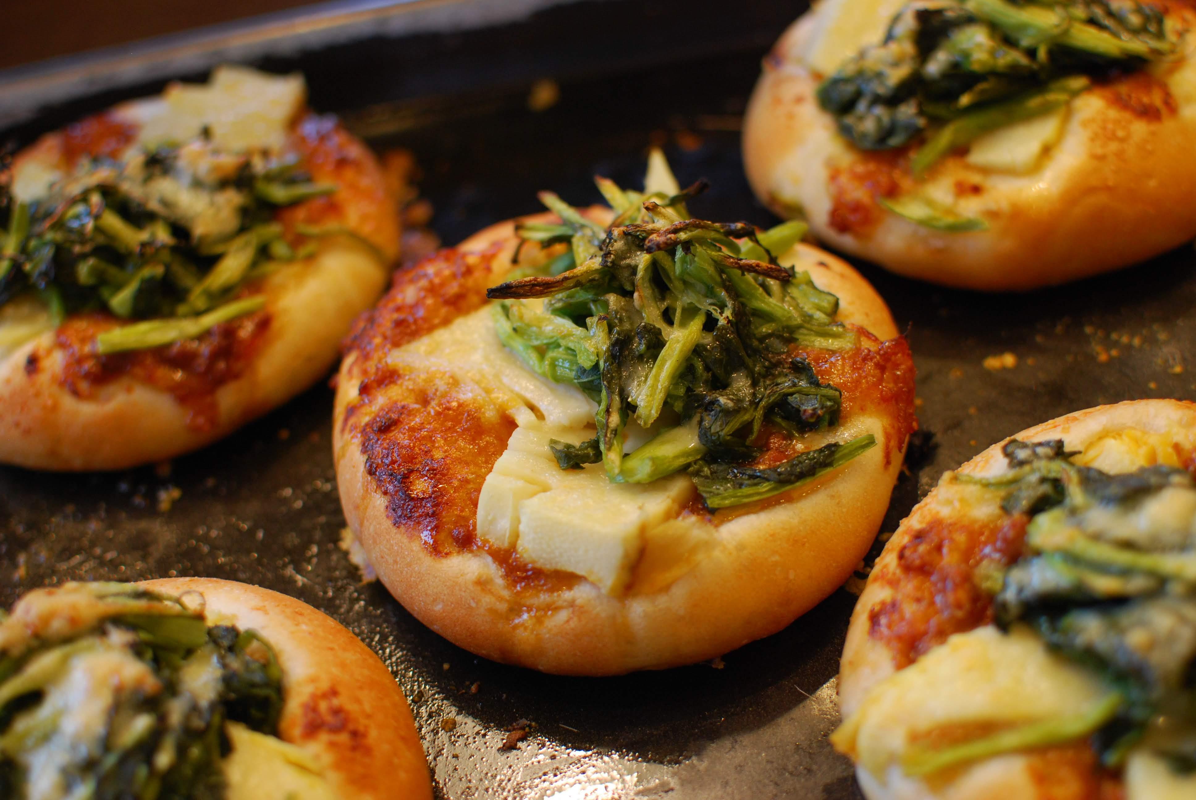 今が旬!「タケノコと水かけ菜の肉みそピザ」